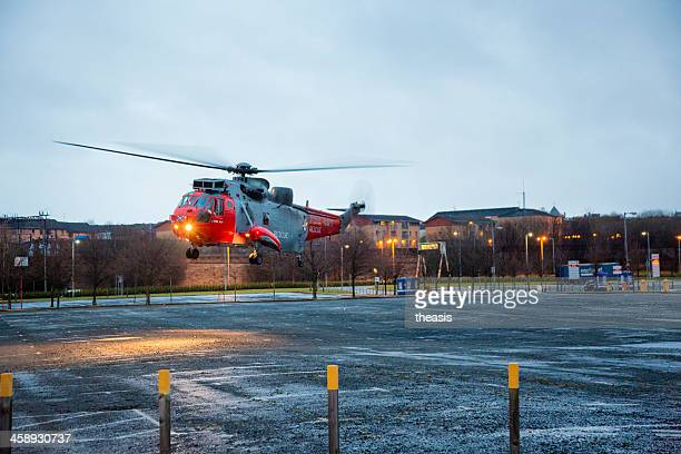 sea king rescue helicopter landing in a glasgow carpark - theasis stockfoto's en -beelden