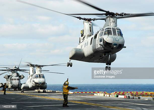 a ch-46e sea knight helicopter takes off from the flight deck of uss essex. - 危機管理 ストックフォトと画像