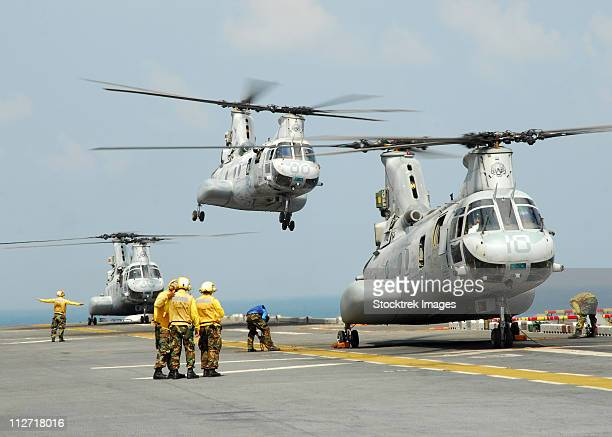 a ch-46e sea knight takes off from the flight deck of uss essex. - us marine corps stock pictures, royalty-free photos & images