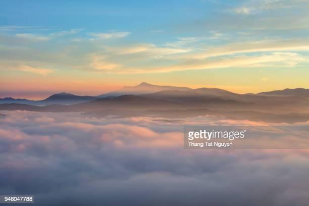 sea of cloud on mountain - no alto - fotografias e filmes do acervo