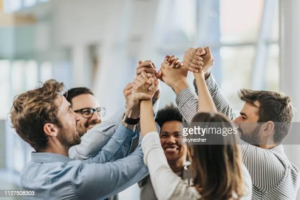 ¡mar de manos en unidad! - éxito fotografías e imágenes de stock