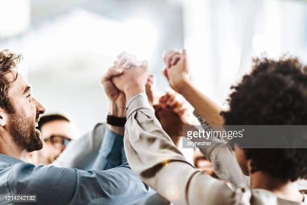 ¡mar de manos en unidad! - trabajo en equipo fotografías e imágenes de stock