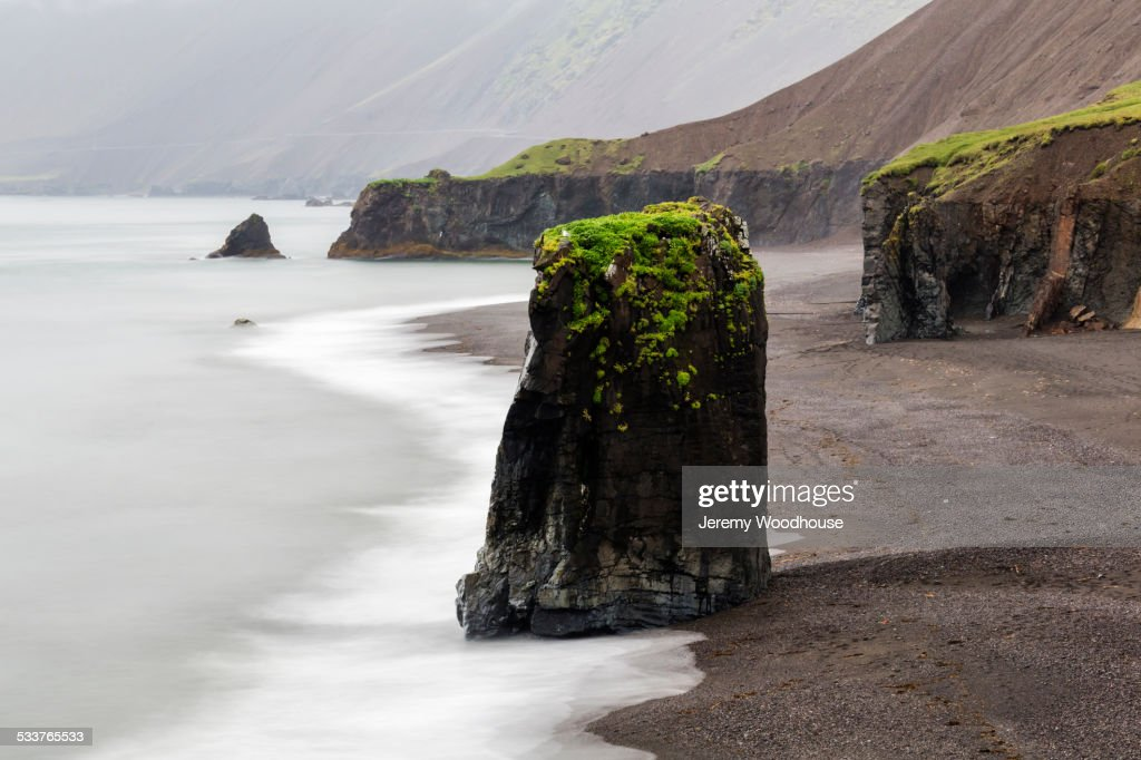Sea stack rock formations near beach cliffs : Foto stock