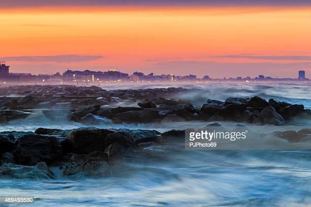 夕暮れ時の海の嵐 - アドリア海 ストックフォトと画像