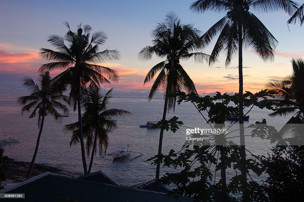 Coucher de soleil sur la mer sur l'Île d'Apo, Philippines : Photo