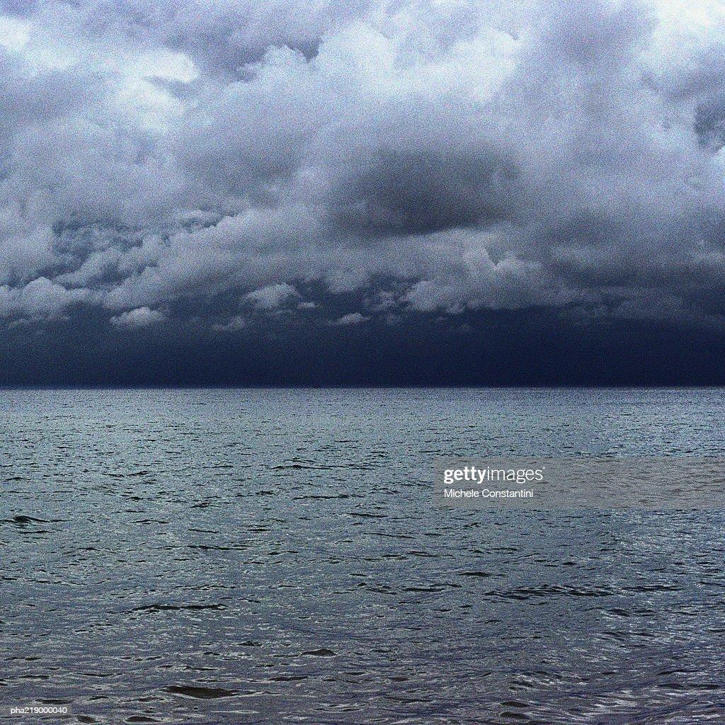 Sea, under grey clouding sky. : Stockfoto