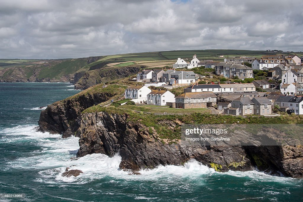 Sea waves crashing against the rocks in Cornwall : Stock Photo