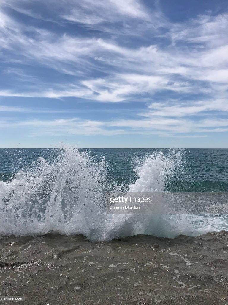 Sea waves hitting beach : Stock-Foto