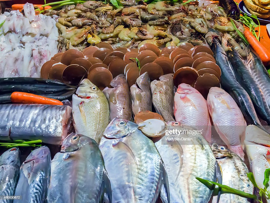 Seafood catch on ice at the fish market : Bildbanksbilder