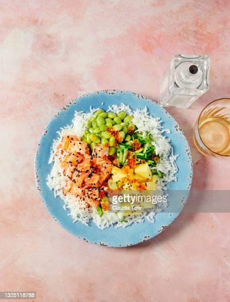 seafood (poke) dish on pink background - prato de soja - fotografias e filmes do acervo