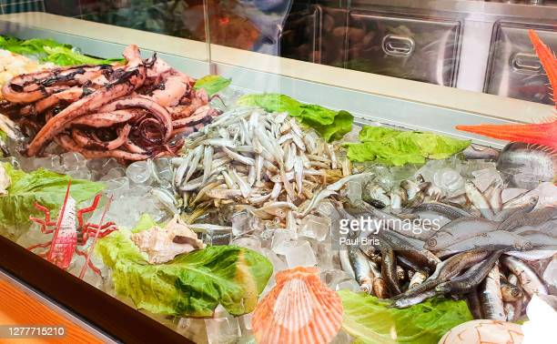 seafood on ice at the fish market, thira, santorini, greece - フラットフィッシュ ストックフォトと画像