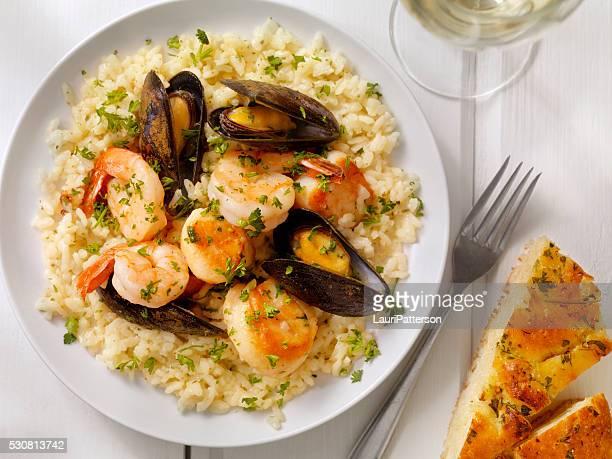 Meeresfrüchte-Risotto mit frischer Petersilie und Focaccia-Brot