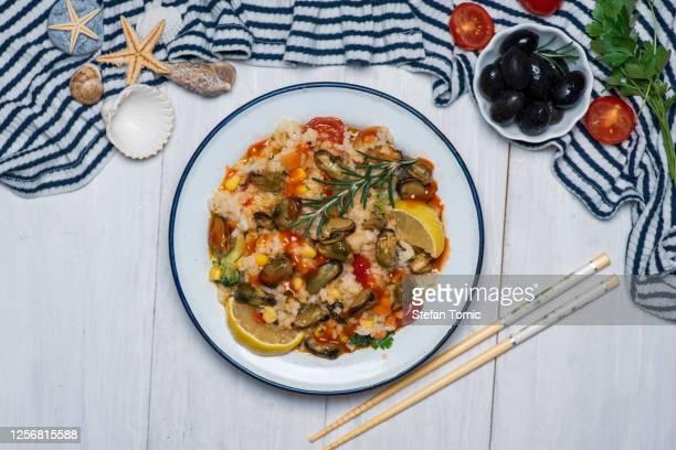 ムール貝とローズマリーを皿に入したシーフードリゾット - セルビア ストックフォトと画像