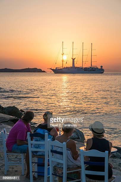 seafront bar at sunset, mykonos town, mykonos - ver a hora stockfoto's en -beelden