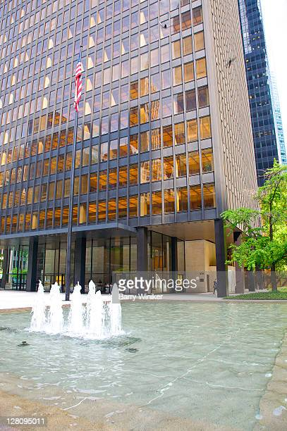 seagram building and seagram plaza, midtown east, new york, new york - 1956 stock-fotos und bilder