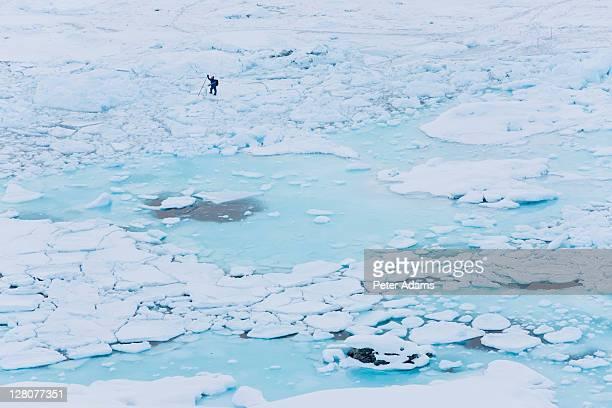 seal hunter, tiniteqilaaq in winter, e. greenland - 東 ストックフォトと画像