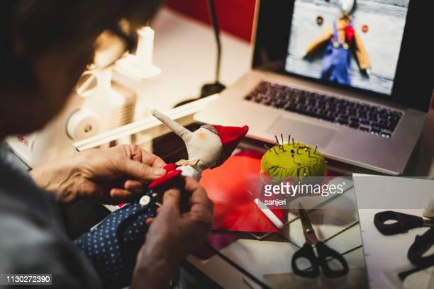仕事で仕立て屋 - 人形 ストックフォトと画像