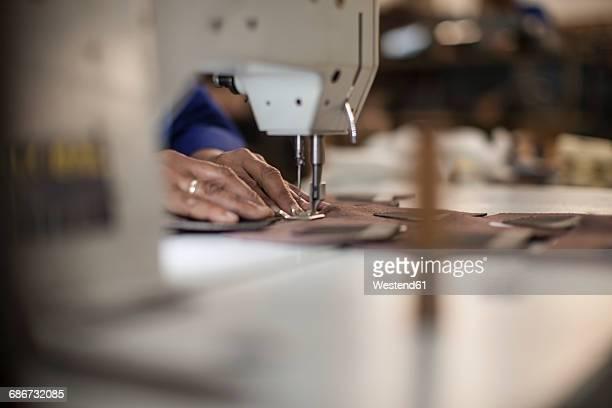 seamstress working with sewing machine - fábrica têxtil imagens e fotografias de stock