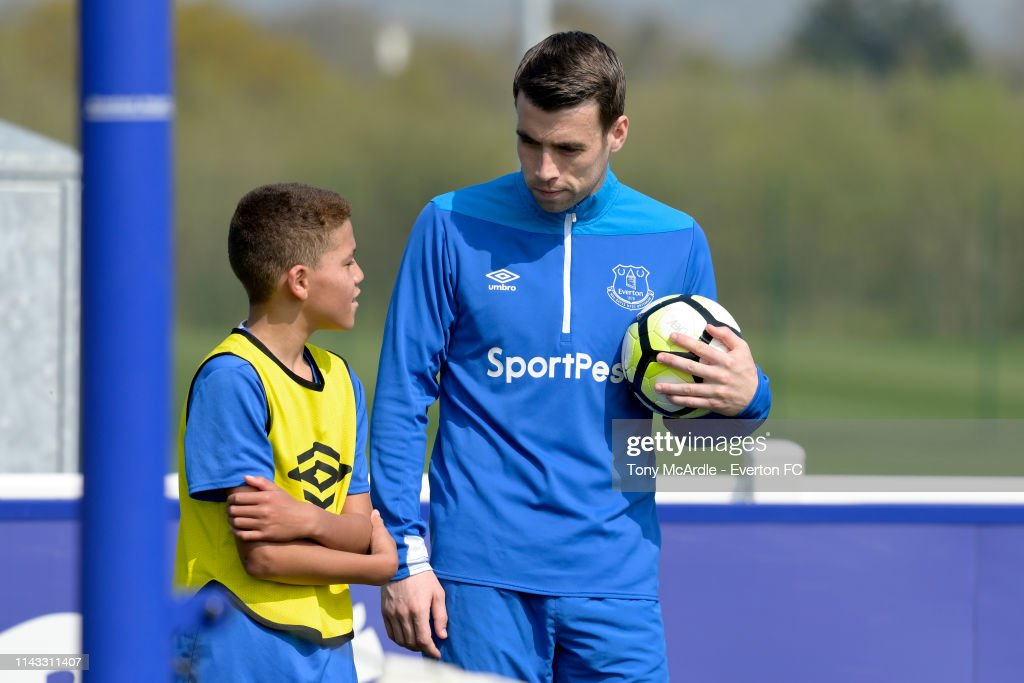 GBR: First Team Players Train With Everton Academy