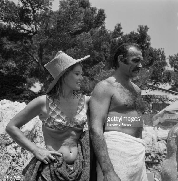 Sean Connery et sa femme Diane Cilento sur une plage privée au Cap d'Antibes France le 3 août 1967