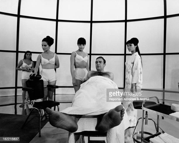 Sean Connery Jeanne Roland and three Japanese girls in dèshabillè prepare themselves to shoot the fitness centre scene from You only live twice fifth...