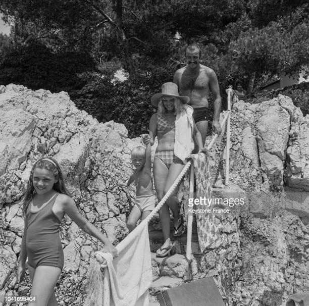 Sean Connery sa femme Diane Cilento sa fille Jovana 9 ans et son fils Jason 4 ans se rendent sur une plage privée à Cap d'Antibes France le 3 août...