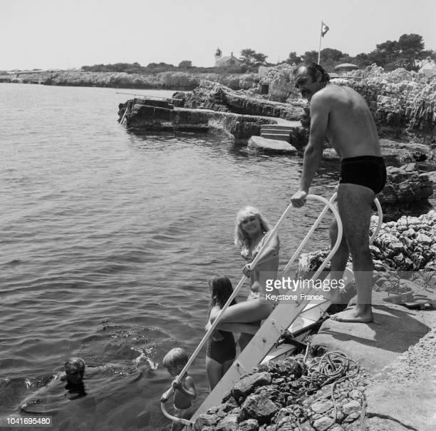 Sean Connery sa femme Diane Cilento sa fille Jovana 9 ans et son fils Jason 4 ans descendent dans la mer par une échelle sur une plage privée à Cap...