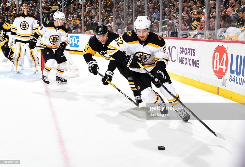 Sean Kuraly #52 of the Boston Bruins handless the puck against Evgeni Malkin #71 of the Pittsburgh Penguins at PPG Paints Arena on January 7, 2018 in Pittsburgh, Pennsylvania.