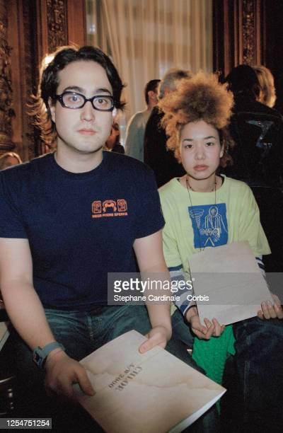 Sean Lennon et son amie assistent au défilé de prêt-à-porter Chloe Automne-Hiver 2000-2001.