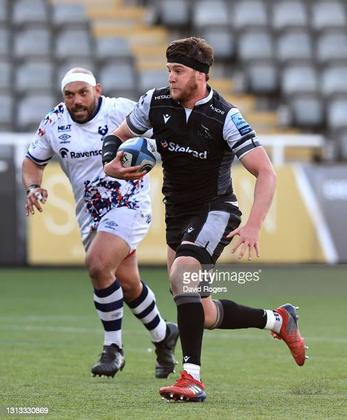 Sean Robinson of Newcastle Falcons breaks with the ball during the Gallagher Premiership Rugby match between Newcastle Falcons and Bristol Bears at...