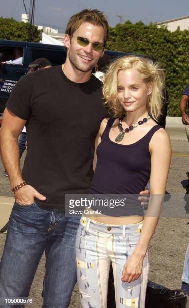 Seann William Scott and Mena Suvari during The 2002 Teen Choice Awards Arrivals at The Universal Amphitheatre in Universal City California United...