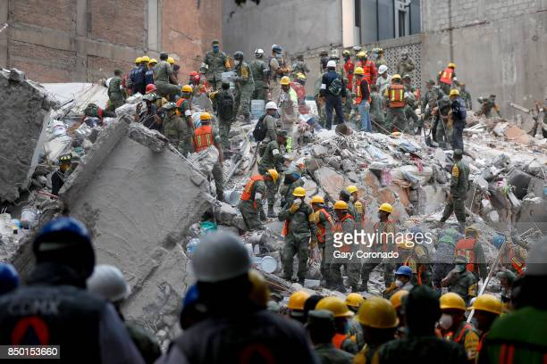 Search and rescue continues for people in a collapsed six story residential building in Colonia Condesa in Mexico City on Sept 20 2017 A powerful 71...