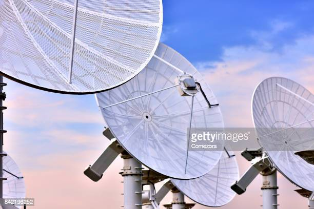 searching telescopes array - telecommunications equipment stock pictures, royalty-free photos & images