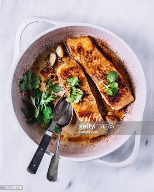 seared salmon - 鮭料理 ストックフォトと画像