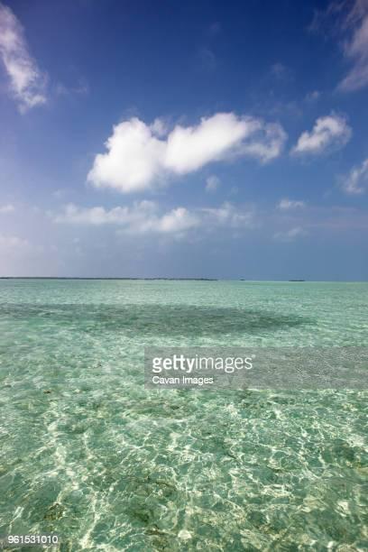 seascape against sky - paisajes de bahamas fotografías e imágenes de stock