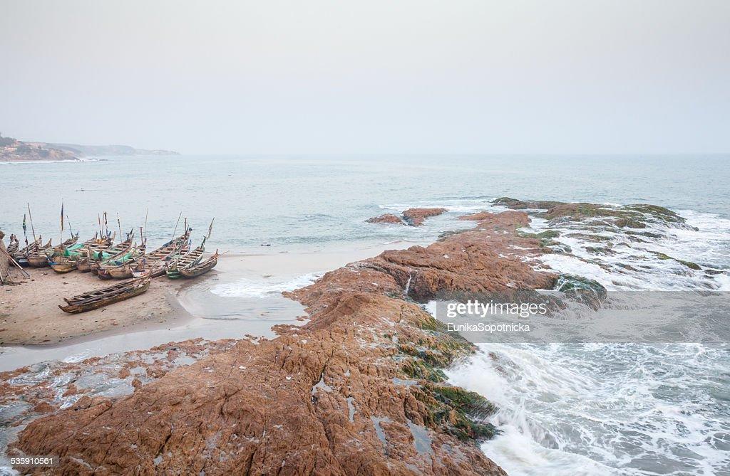 Vista do mar e pescadores de embarcações, Gana : Foto de stock