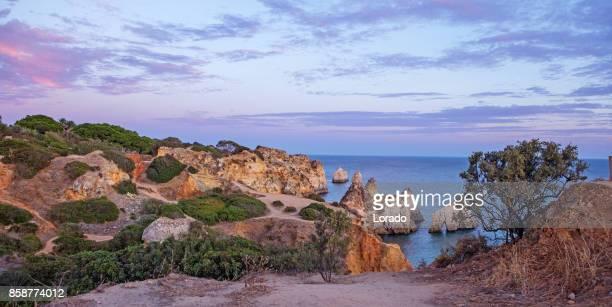 Imágenes de paisaje marino de la playa de Alvor Portugal sol de finales de verano