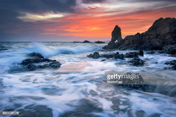seascape tidal wave and beach rock at twilight - provinz chonburi stock-fotos und bilder
