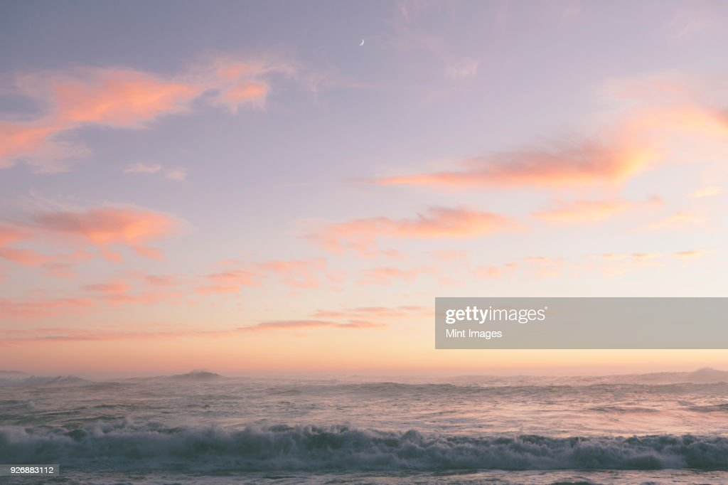 Seascape with cloudy sky at sunset. : Stock-Foto