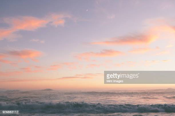 seascape with cloudy sky at sunset. - sonnenuntergang stock-fotos und bilder