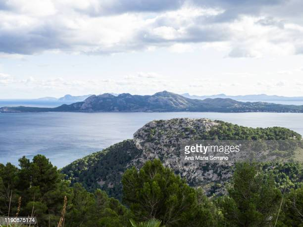 seascape with mountains and cliffs and turquoise blue sea water on the coast of mallorca - flowing cape stock pictures, royalty-free photos & images