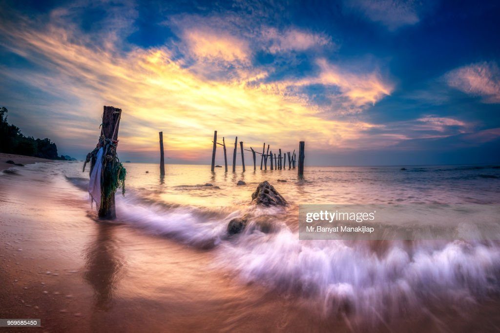 Seascape with wood bridge During Sunrise : Stock-Foto