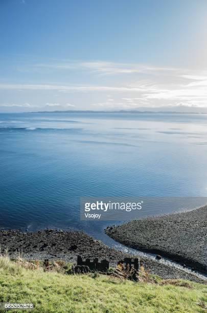 seashore at the bearreraig bay, skye, scottish highlands, scotland - vsojoy stockfoto's en -beelden
