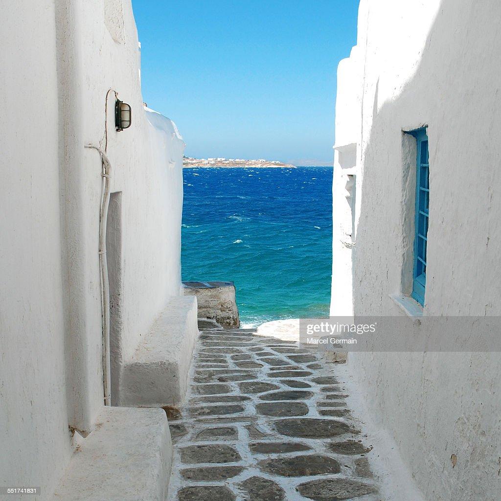 Seaside alley (Mykonos, Greece) : Stock Photo