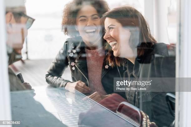 seaside couples - mensen op de achtergrond stockfoto's en -beelden
