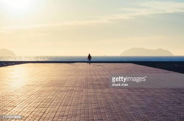 seaside platform against the sunlight - fluchtpunkt stock-fotos und bilder