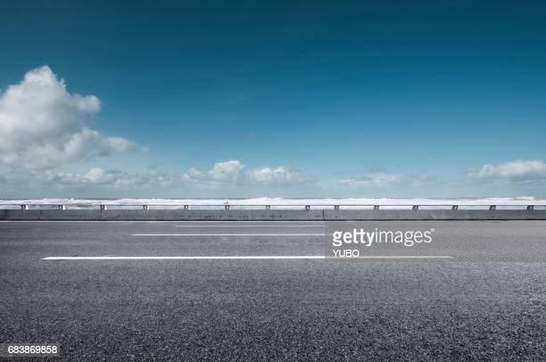 seaside road - linha do horizonte sobre água - fotografias e filmes do acervo