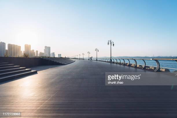 seaside roads - 水平アングル ストックフォトと画像