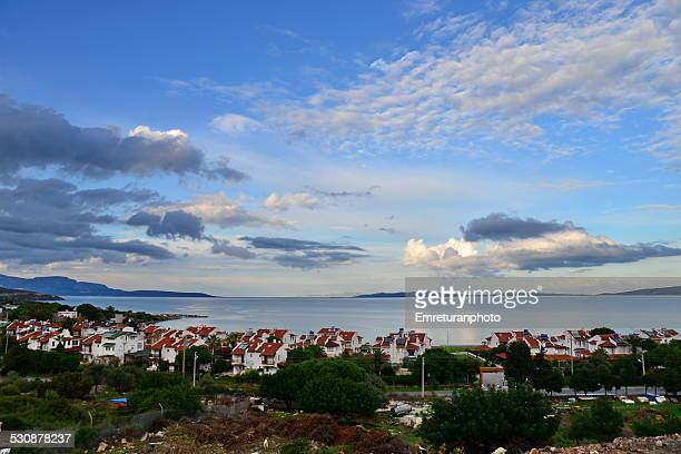 seaside view with summer houses - emreturanphoto stock-fotos und bilder