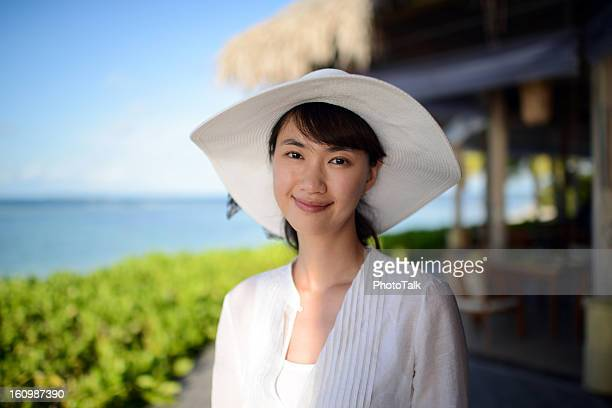 海辺の女性のポートレート - 麦わら帽子 ストックフォトと画像